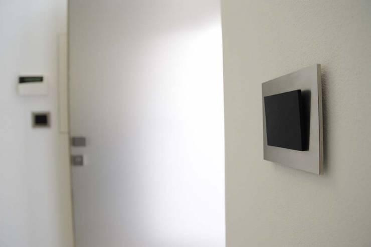 stalowe włączniki OBZOR: styl , w kategorii Salon zaprojektowany przez ISD POLAND