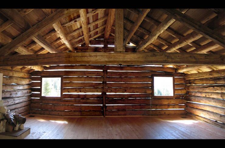 L'ambiente del primo piano finito: Case in stile in stile Rustico di Studio Moretti