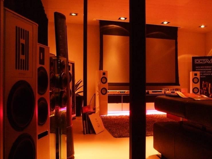 visions&more: moderner Multimedia-Raum von Gansloser Energiesparhäuser