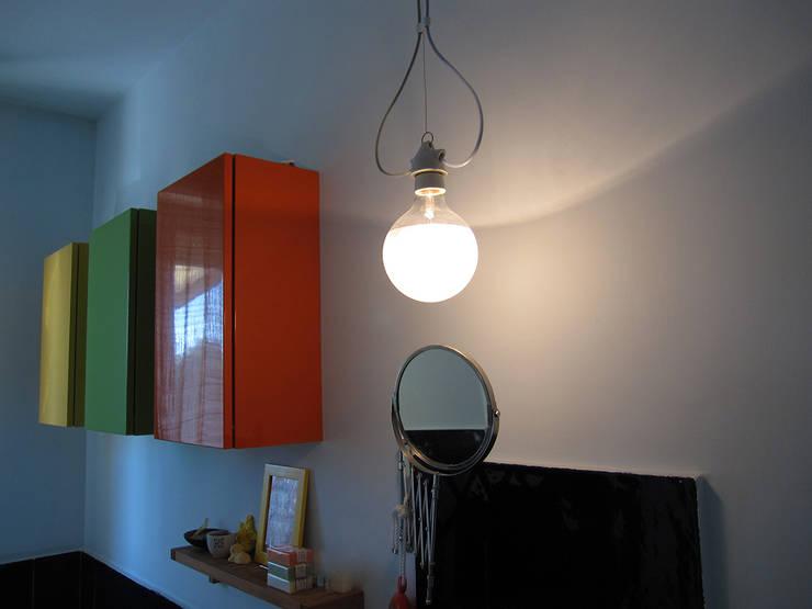 per il lavabo lampada Savoie Ingo Maurer: Bagno in stile  di studio radicediuno