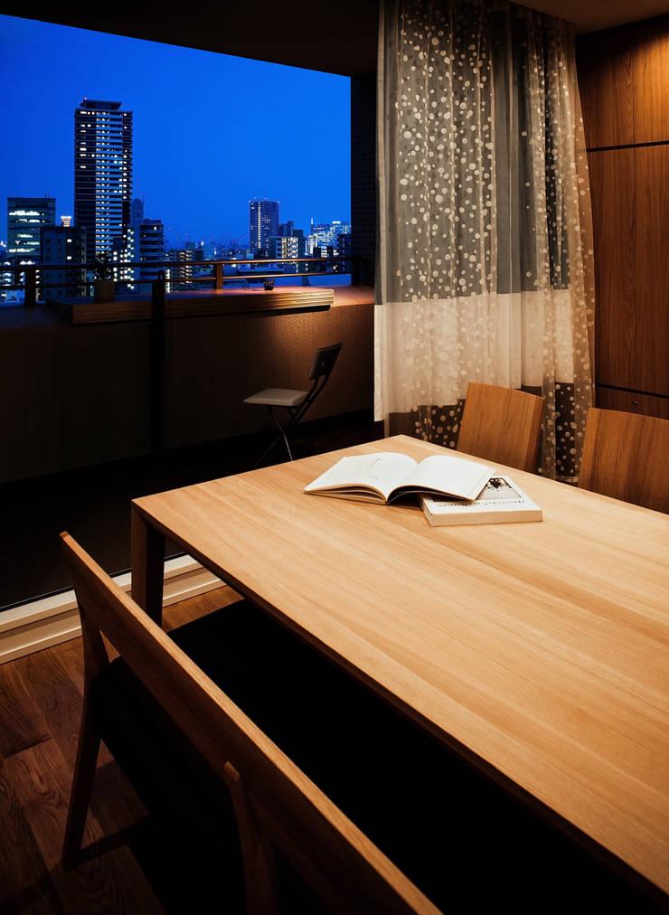 山本通の家 リビングからバルコニーを見る: 株式会社seki.designが手掛けたテラス・ベランダです。
