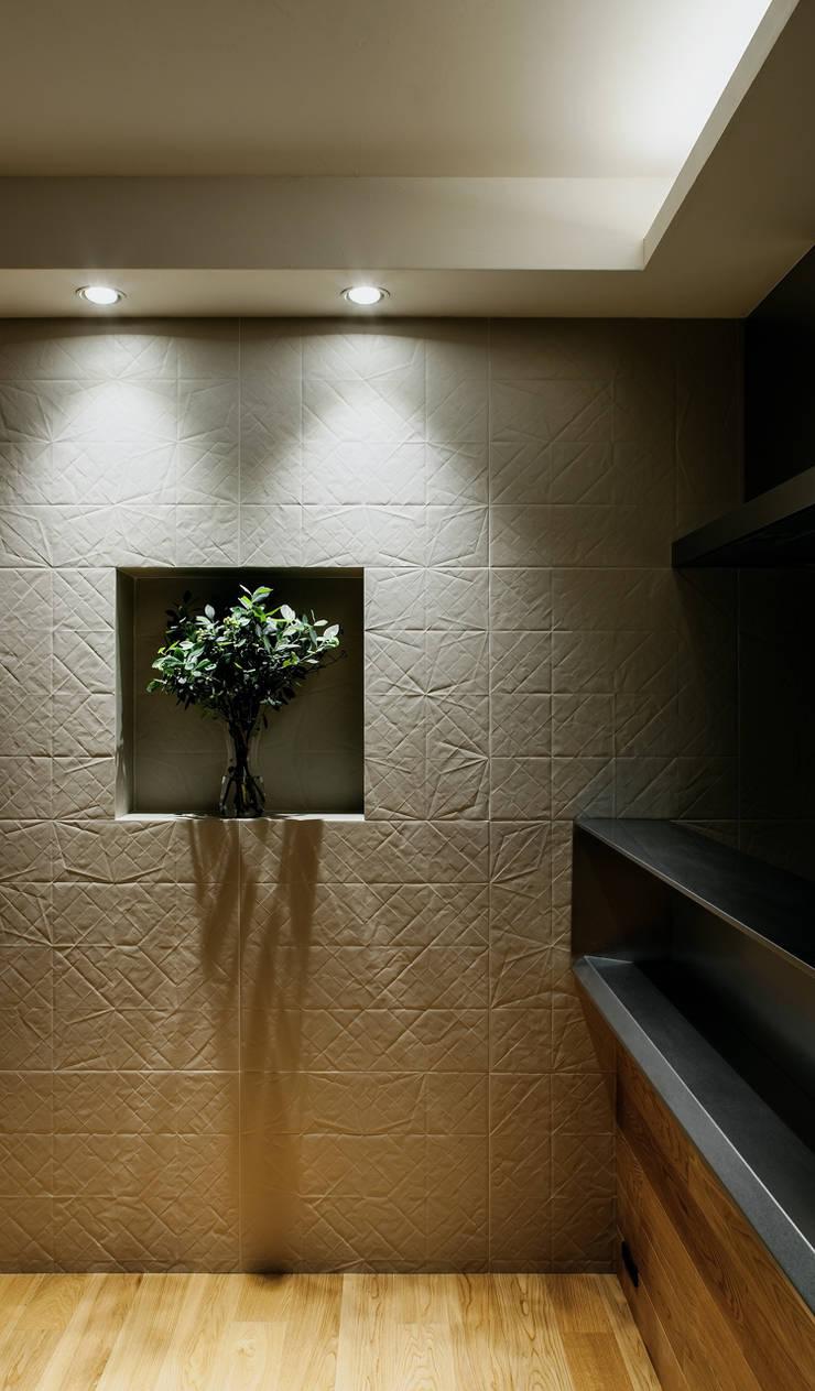 山本通の家 リビングの壁: 株式会社seki.designが手掛けたダイニングです。