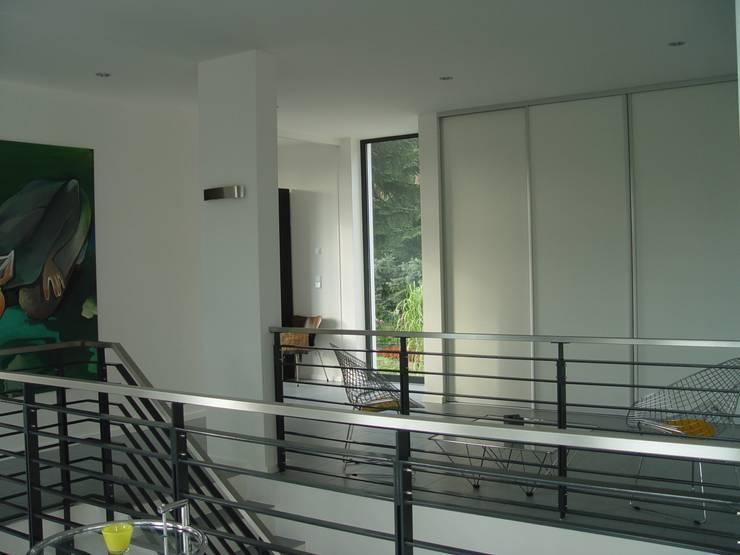 Galerie mit Einbauschrank im Obergeschoss:  Flur & Diele von homify