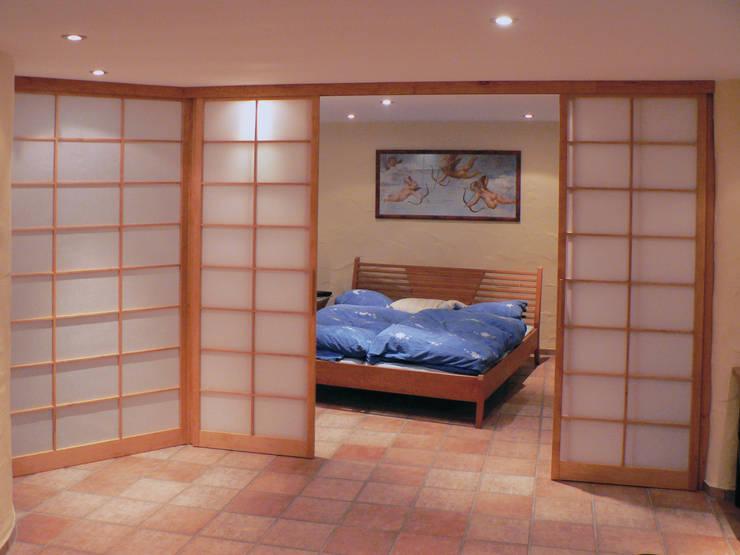 Shoji Raumteiler in Kirschbaum:  Schlafzimmer von Alignum Möbelbau