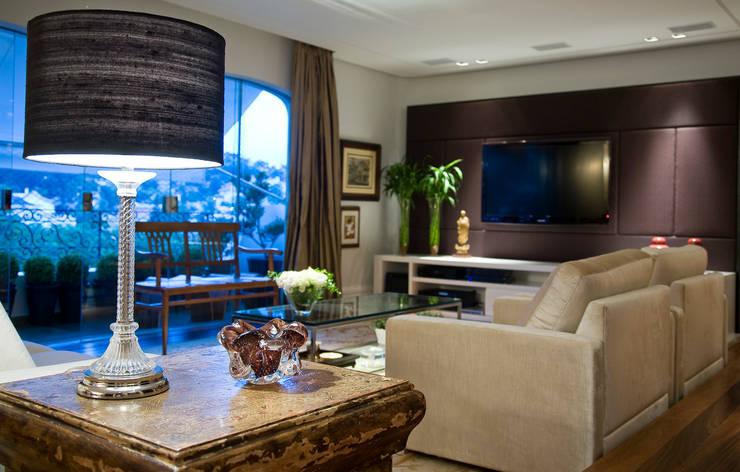 Apartamento Real Parque: Salas de estar  por Asenne Arquitetura,Clássico