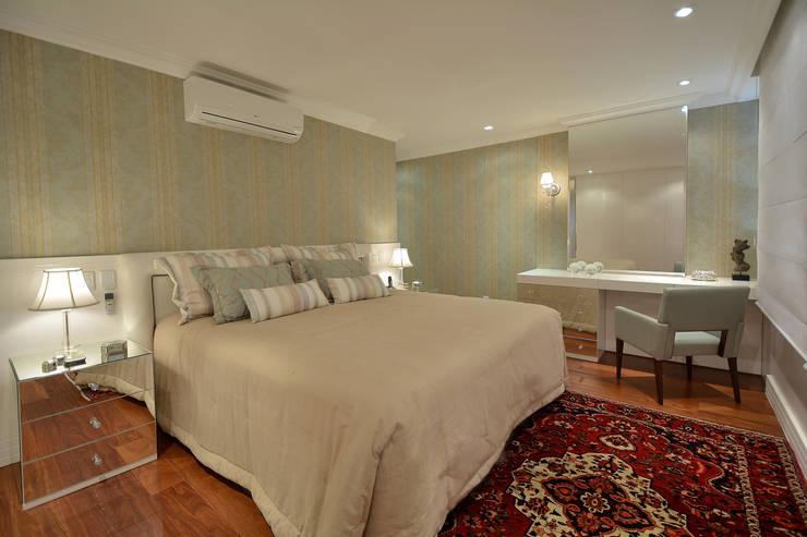 Dormitório casal: Quartos  por Stúdio Márcio Verza