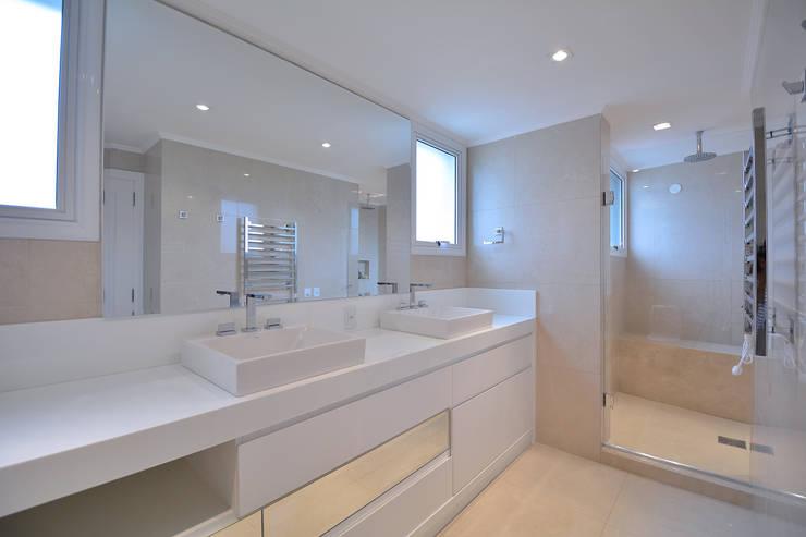 Banho casal: Banheiros modernos por Stúdio Márcio Verza