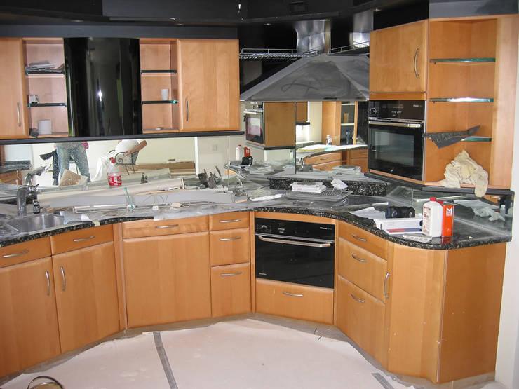 Kunststof keuken spuiten spuiten in wit ral-9016 zijdeglans | voor het overspuiten: modern  door Eurobord Keukenspuiterij en Meubelspuiterij, Modern