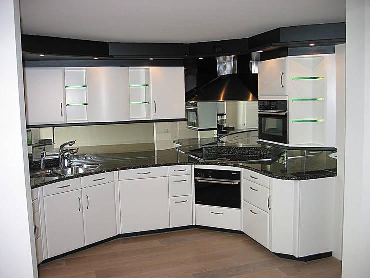 Kunststof keuken spuiten in wit ral-9016 zijdeglans | na het overspuiten: modern  door Eurobord Keukenspuiterij en Meubelspuiterij, Modern