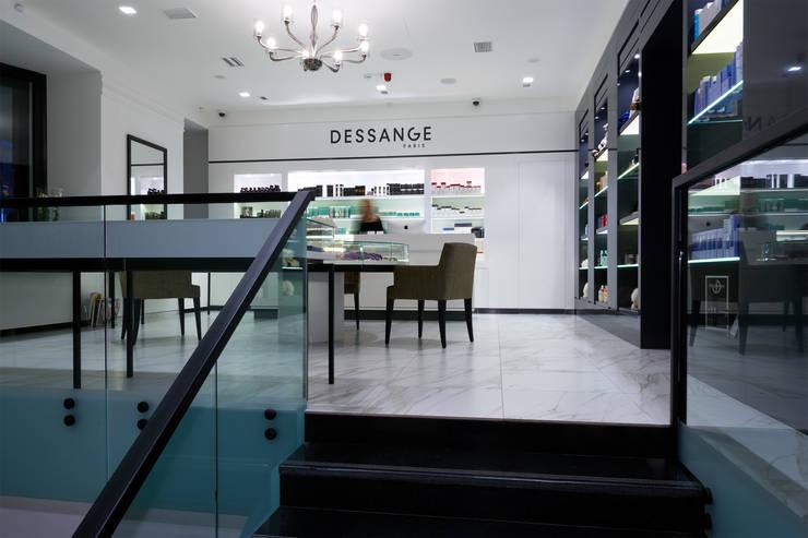 Вид на зону ресепшен и бутик со стороны входного холла. :  в . Автор – Станислав Старых,