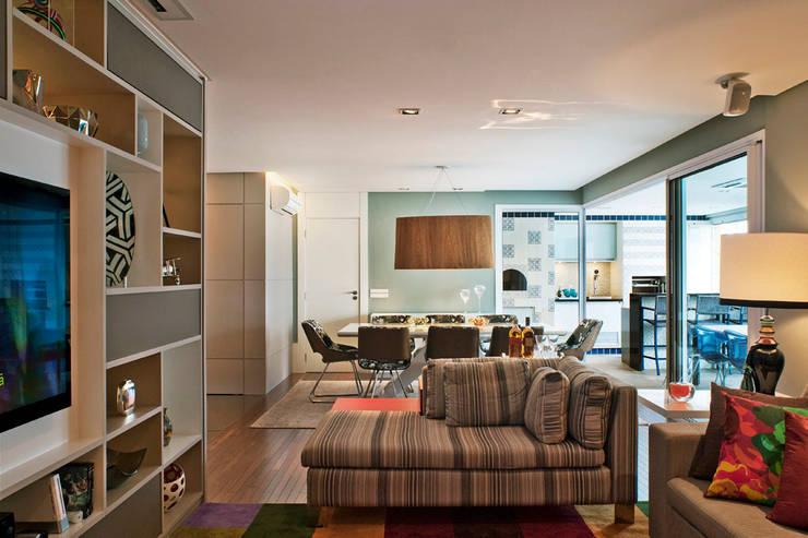 Living Integrado à Sala de Jantar: Salas de estar modernas por KTA - Krakowiak & Tavares Arquitetura
