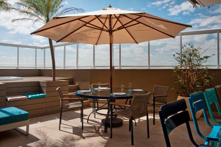 Varanda Gourmet com Spa: Terraços  por KTA - Krakowiak & Tavares Arquitetura