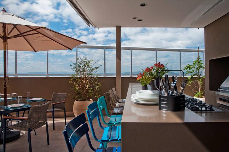 Varanda Gourmet com Bancada e Churrasqueira: Terraços  por KTA - Krakowiak & Tavares Arquitetura