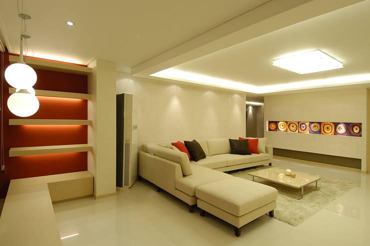 A Apartment: Yunhee Choeが手掛けたリビングです。