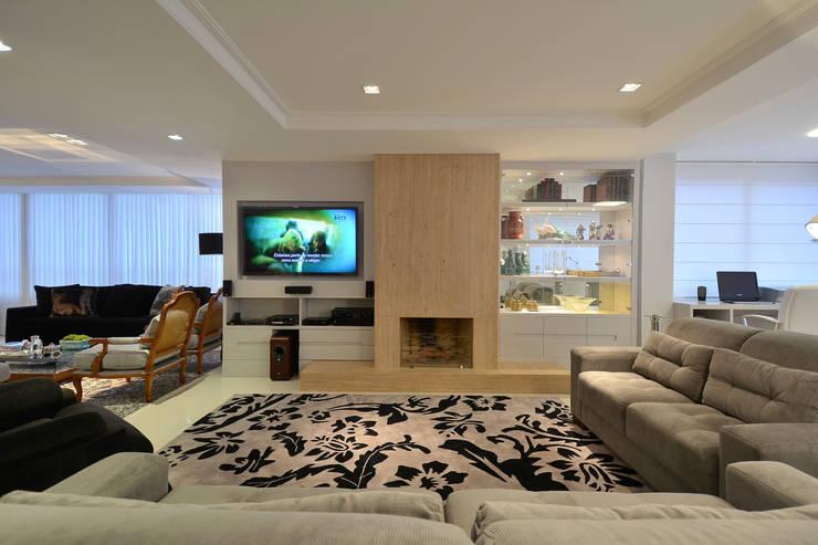 Home theater: Salas de estar modernas por Stúdio Márcio Verza