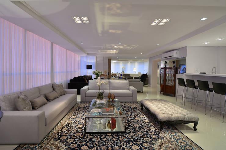 Living: Salas de estar modernas por Stúdio Márcio Verza