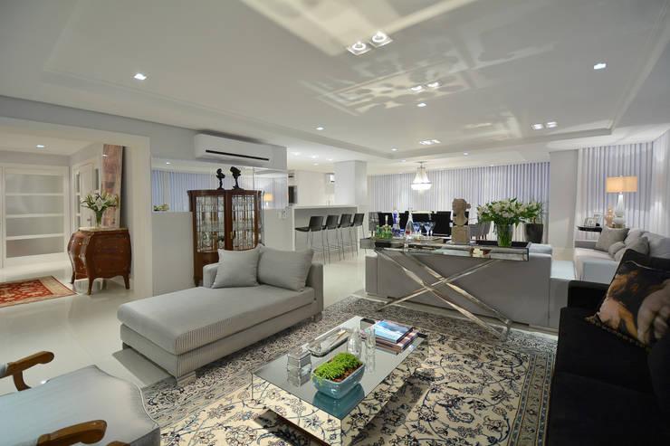 Living 2: Salas de estar modernas por Stúdio Márcio Verza