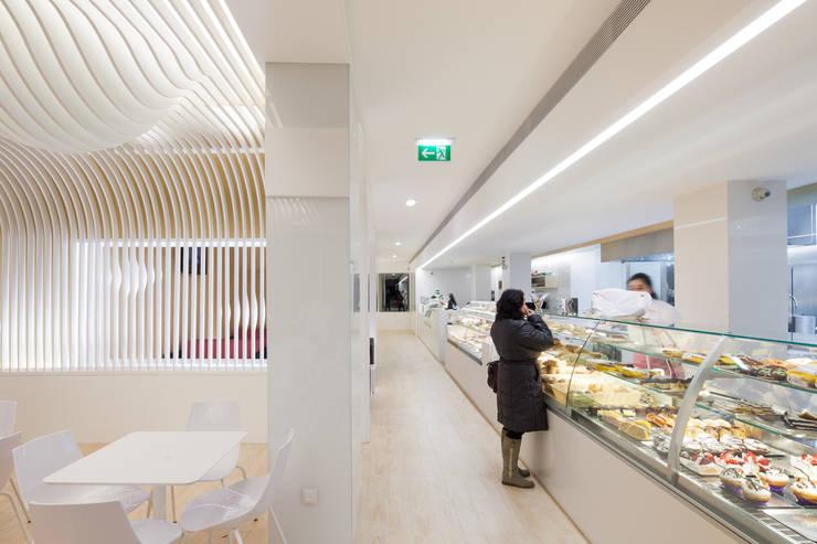 Bakery: Espaços de restauração  por PAULO MERLINI ARCHITECTS