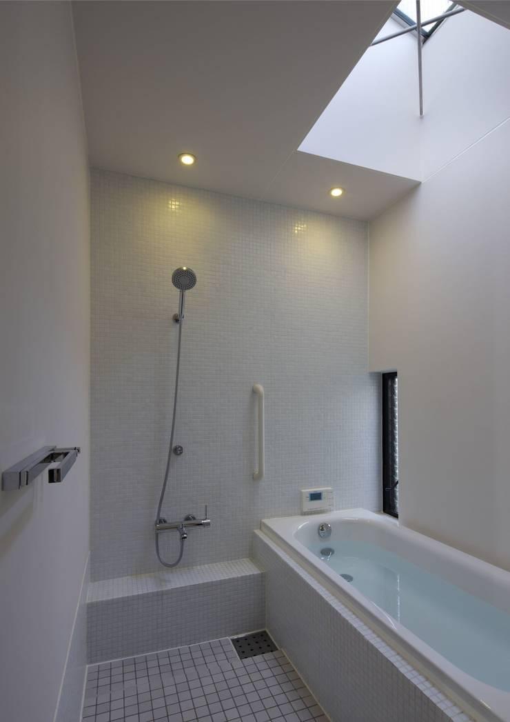 寝屋川の家 Huse of Neyagawa: 林泰介建築研究所が手掛けた浴室です。