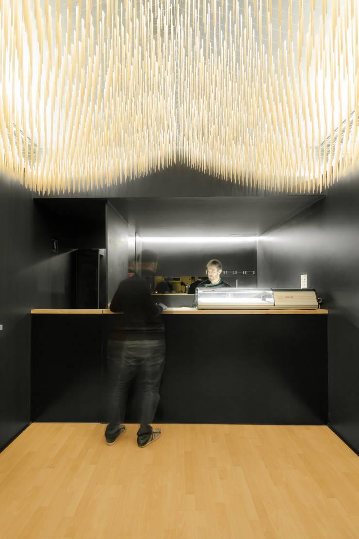 Basho Sushi House: Espaços de restauração  por PAULO MERLINI ARCHITECTS