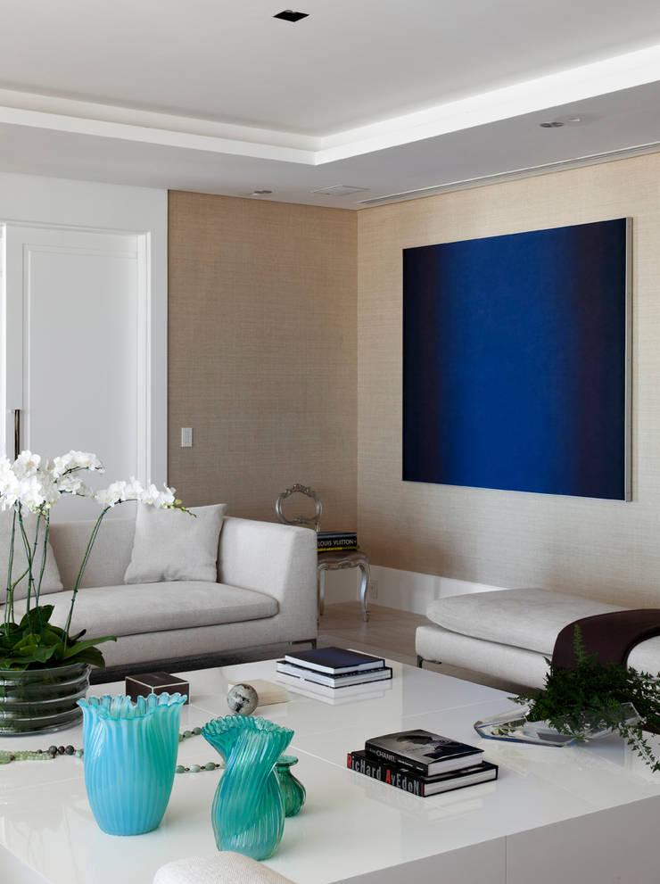 Estar Social: Salas de estar  por Liane Mazeron Rump Arquitetura