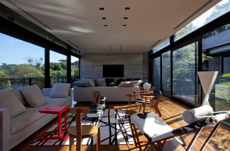 Casa | LM |: Salas de estar  por Marcos Bertoldi