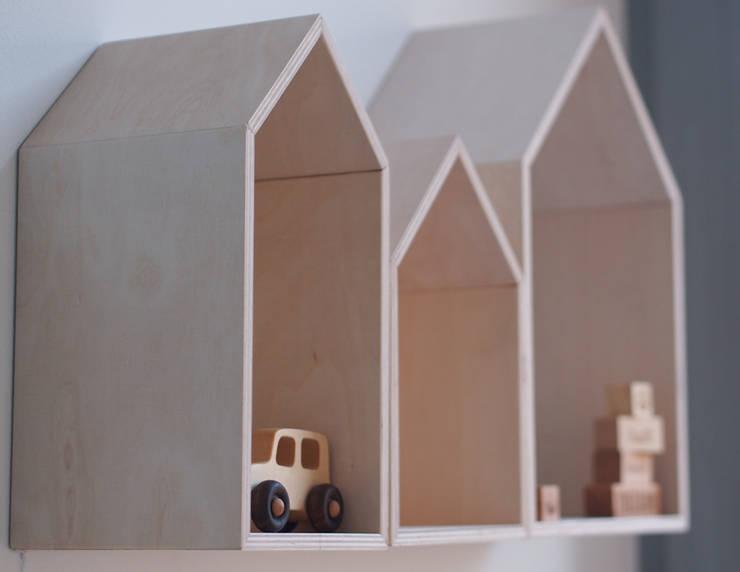 Skandynawskie półki w kształcie domków: styl , w kategorii Pokój dziecięcy zaprojektowany przez My Label