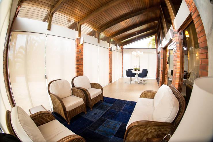 Casa na praia: Salas de estar  por Joana & Manoela Arquitetura