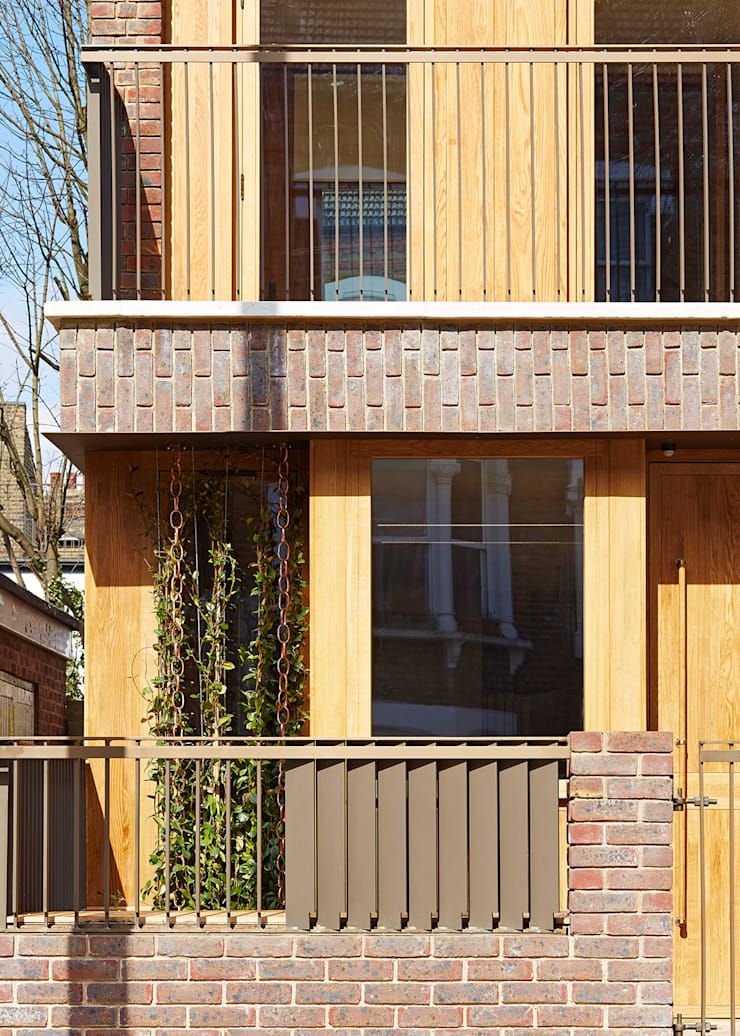Street view of front garden and balcony:  Houses by Satish Jassal Architects