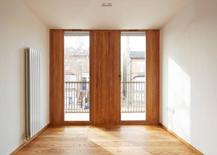 Bedroom balcony doors:  Bedroom by Satish Jassal Architects