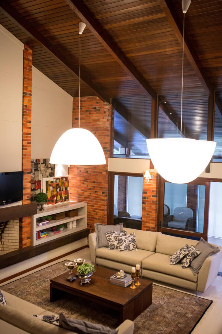 Casa na praia: Sala de estar  por Joana & Manoela Arquitetura
