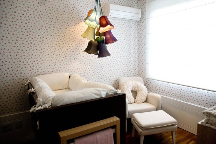 Apartamento Petrópolis – Porto Alegre: Quarto de crianças  por Joana & Manoela Arquitetura