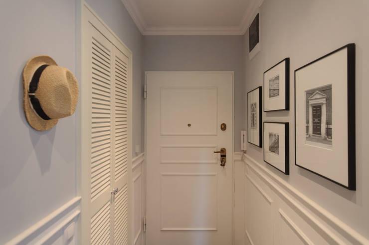 Mieszkanie w stylu New England: styl , w kategorii Korytarz, przedpokój zaprojektowany przez Studio Inaczej
