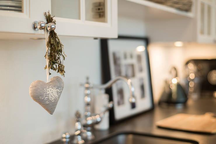 Mieszkanie w stylu New England: styl , w kategorii Kuchnia zaprojektowany przez Studio Inaczej