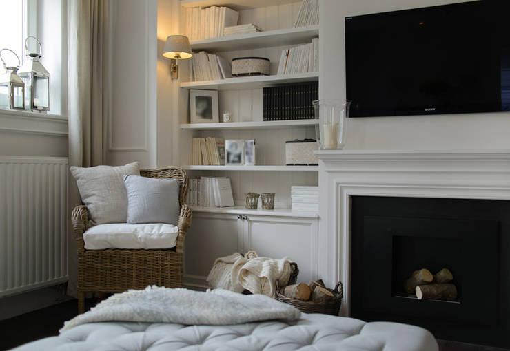 Mieszkanie w stylu New England: styl , w kategorii Salon zaprojektowany przez Studio Inaczej
