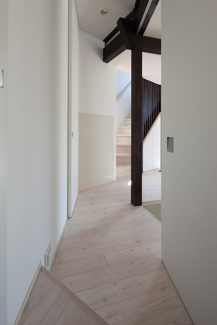 Corridor & hallway by 充総合計画 一級建築士事務所