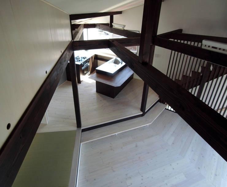 Living room by 充総合計画 一級建築士事務所