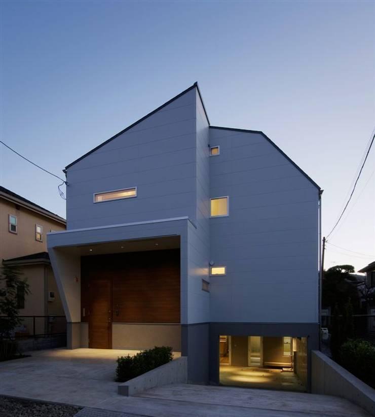趣味の地下空間をもつコートハウス: 充総合計画 一級建築士事務所が手掛けた家です。