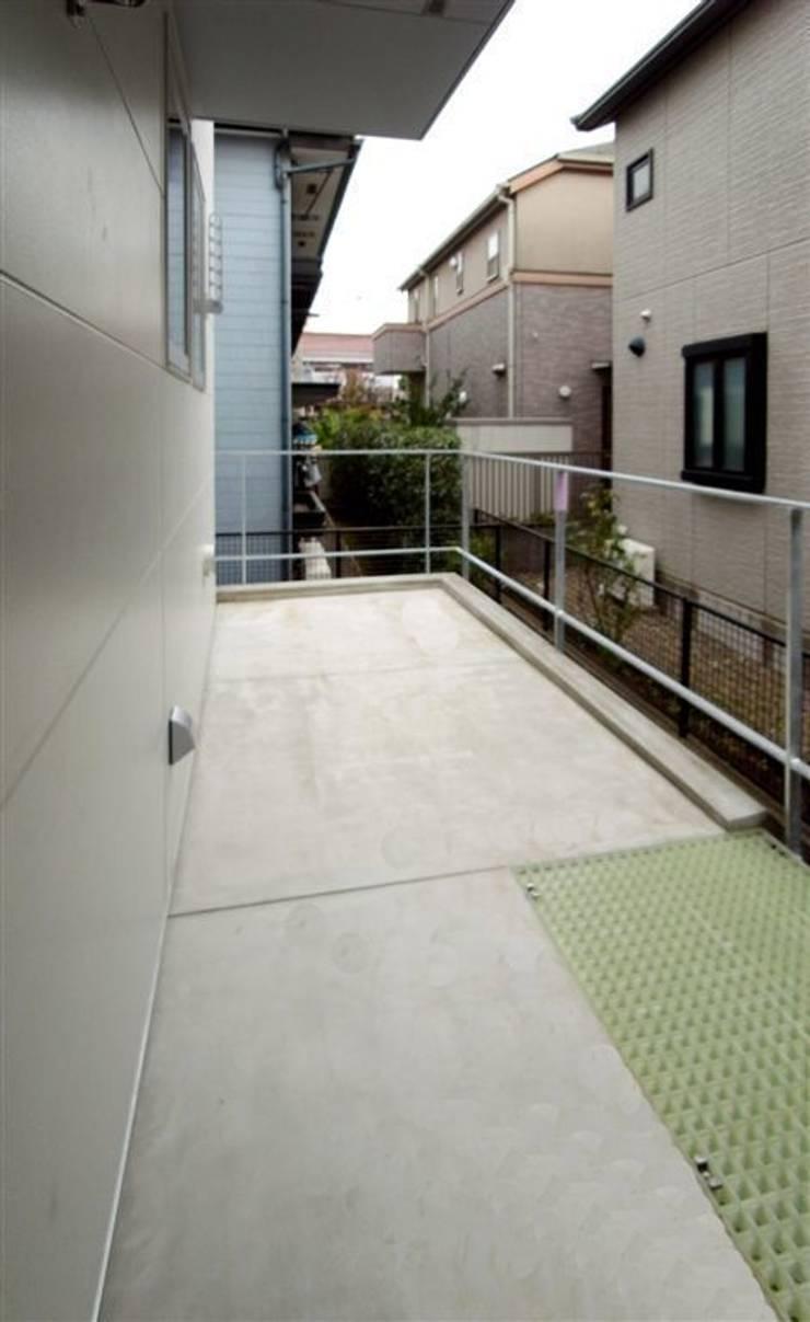 趣味の地下空間をもつコートハウス: 充総合計画 一級建築士事務所が手掛けたベランダです。
