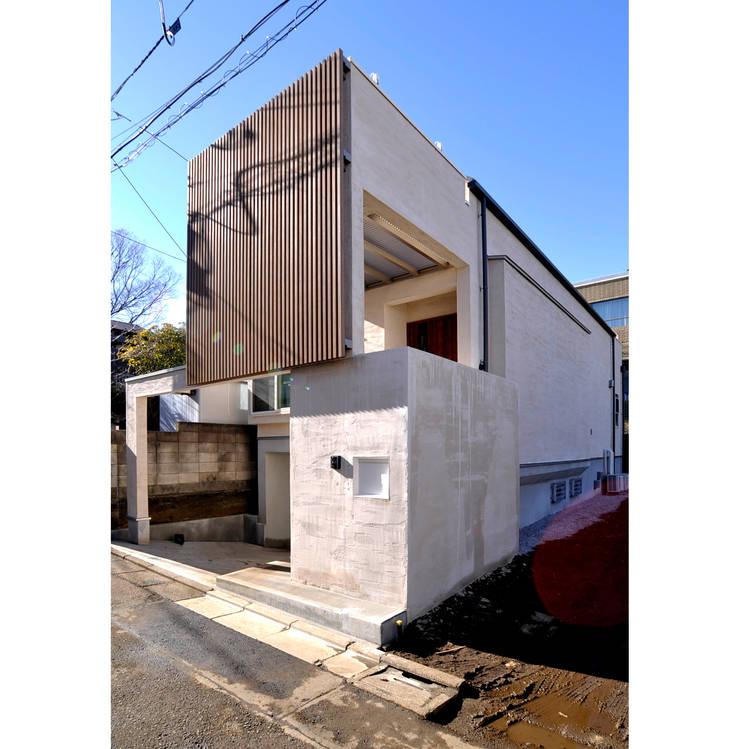 東山の住宅: 辻史彰建築研究所が手掛けた家です。