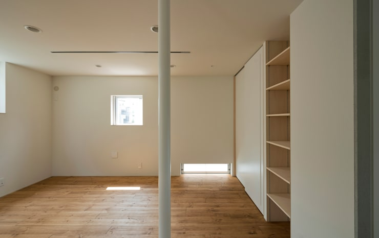 INSERT: 充総合計画 一級建築士事務所が手掛けたリビングです。