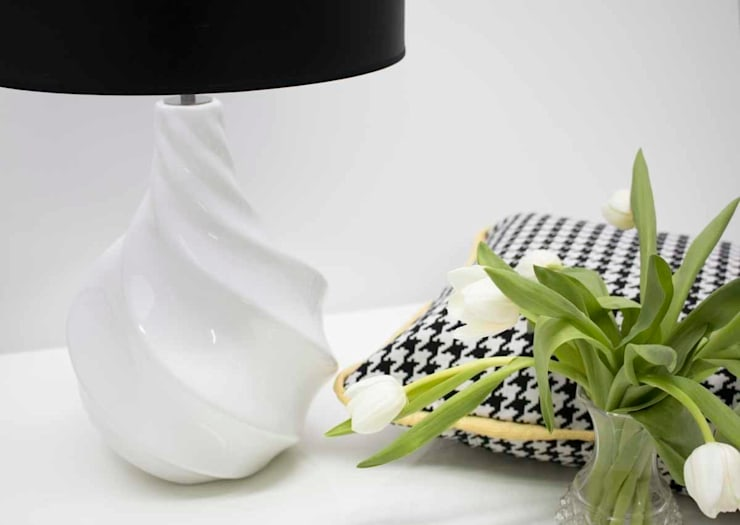 Black and White ...always: Sala de estar  por ORCHIDS LOFT