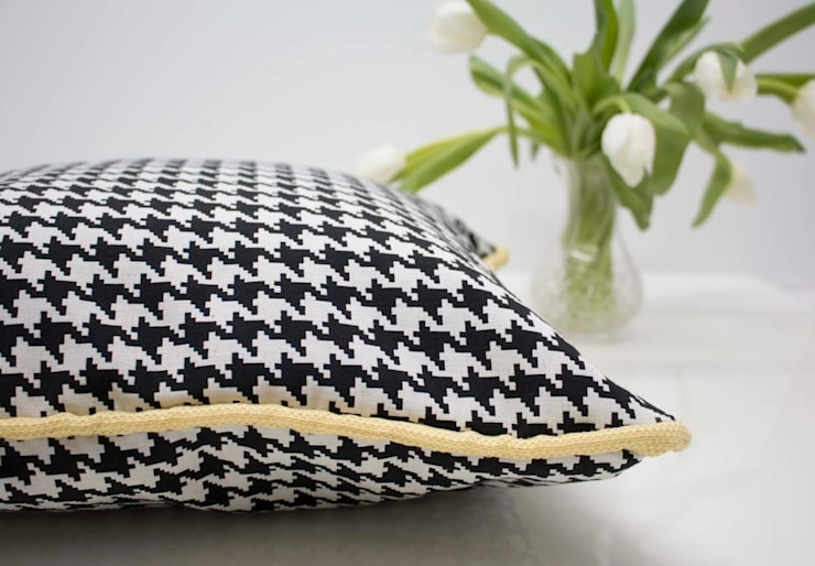 Black and white.. always Pillow: Sala de estar  por ORCHIDS LOFT