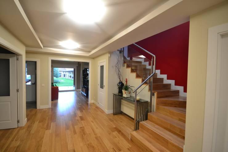 Pasillo y escalera: Pasillos y vestíbulos de estilo  de Canexel
