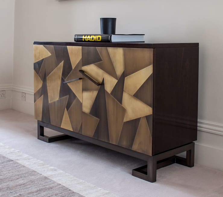 Patinated Brass Cladding:  Living room by Rupert Bevan Ltd