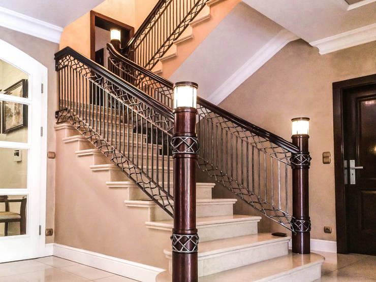 Vestíbulos, pasillos y escaleras de estilo  por Armet ,