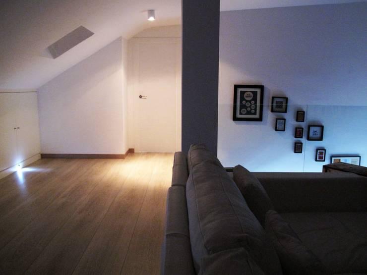 Sala multimediale in stile  di CECILIA POZZI INTERIORISMO