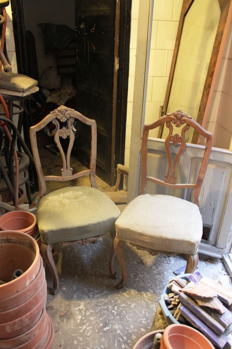 Dos sillas de  respaldo recuperadas se colocarán el las cabeceras de la mesa:  de estilo  de Dominique Restauración