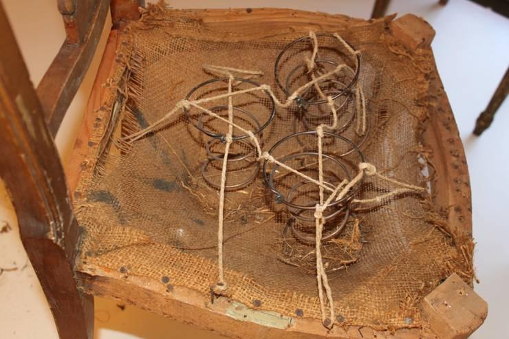 En el taller DVM Restauración sí conservamos el antiguo sistema de muelles y coca de arpillera y crin para retapizar antiguos muebles:  de estilo  de Dominique Restauración