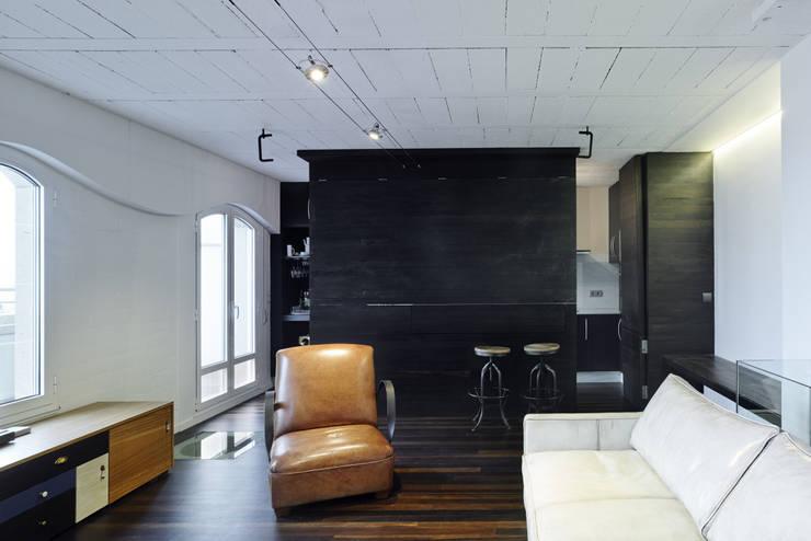 Reforma de apartamento en dos plantas, A Estrada, Pontevedra: Salones de estilo  de Ameneiros Rey | HH arquitectos